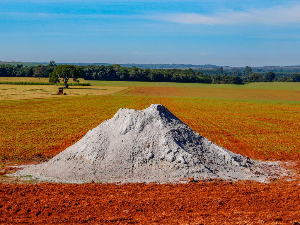 Calcário no solo. Aumente a produtividade de sua lavoura